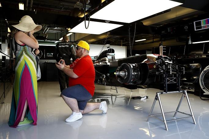 بريطاني يطلب يد خطيبته خلال سباق للفورمولا 1 في أبوظبي