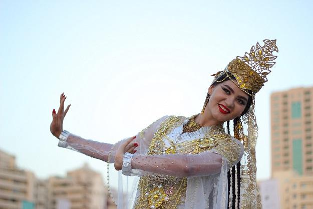 """طاجيكستان في """"أيام الشارقة التراثية"""".. وردٌ من ذهب"""