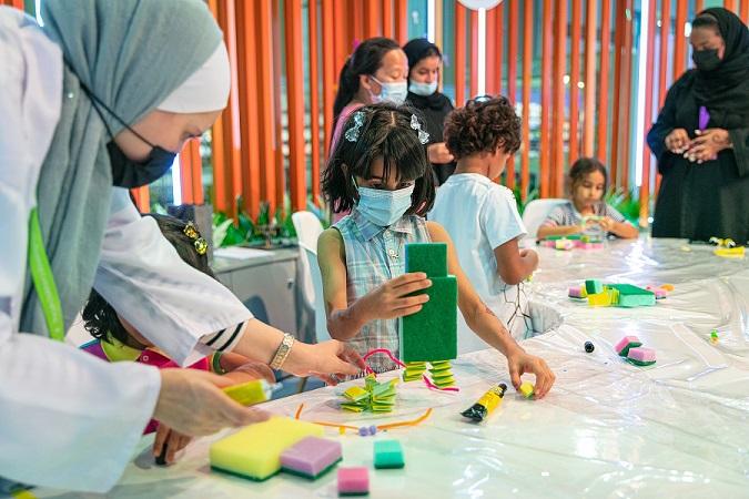 """""""طي الورق"""".. أطفال يلعبون بالخيال ويحولون الفراغ إلى فن"""