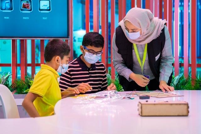 """أدوات بسيطة تعرف زوار """"الشارقة القرائي للطفل"""" على الهندسة الميكانيكية"""