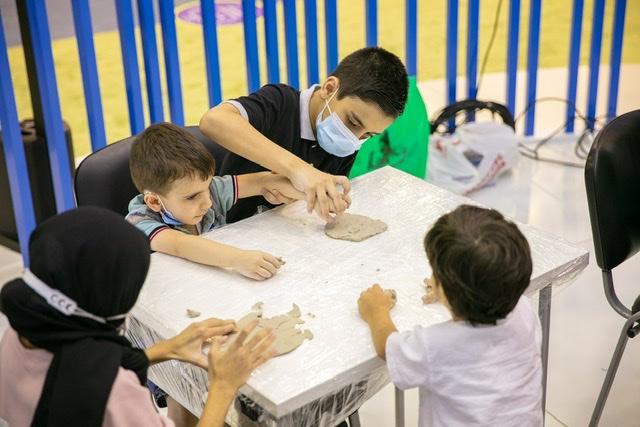 """الصغار يتعلمون فن التشكيل بالصلصال في """"الشارقة القرائي للطفل"""""""